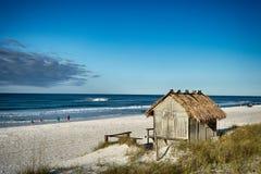 Strand Tiki Hut Bar på havet Royaltyfri Bild