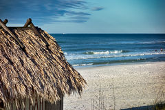 Strand Tiki Hut Bar på havet royaltyfri fotografi