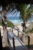 strand till walkwayen Arkivfoton