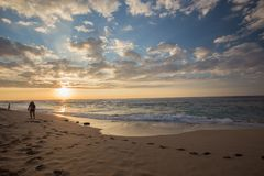 Strand TimeLapse des Sonnenuntergangs 4K in Hawaii stock footage