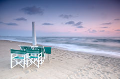 Strand toneel bij zonsondergang stock foto's