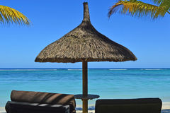 Strand-tropisches Paradies Sunbeds-Ferien-Meer Stockbild