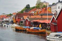 strand Turister i kafeterian Förtöjde traditionella fartyg Arkivbild