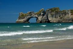 Strand-u. Torbogen-Inseln Wharariki in Neuseeland Stockfotos