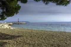 Strand und adriatisches Meer in Tucepi, Kroatien Lizenzfreie Stockbilder