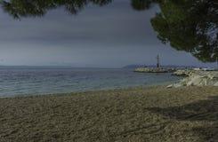 Strand und adriatisches Meer in Tucepi, Kroatien Stockbild