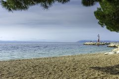 Strand und adriatisches Meer in Tucepi, Kroatien Stockfoto