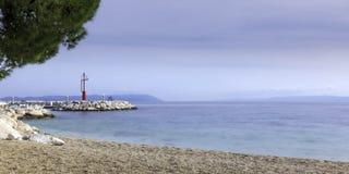 Strand und adriatisches Meer in Tucepi, Kroatien Stockbilder