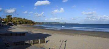 Strand und Ansicht Saundersfoot zum Meer, lange Schatten Lizenzfreies Stockbild