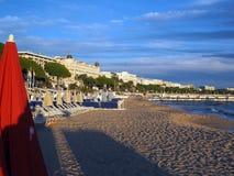 Strand und berühmte Hotels entlang Promenade de la Croisette Cannes F Stockbilder