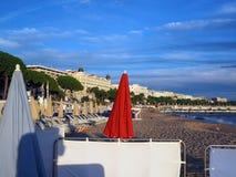 Strand und berühmte Hotels entlang Promenade de la Croisette Cannes F Stockfotos