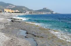 Strand und Berge. Stockfotografie