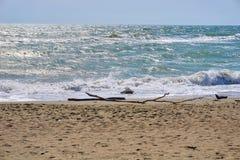 Strand und blaues Meer, Wellen Lizenzfreie Stockfotografie
