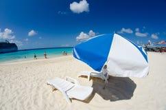 Strand und Crystal Clear Waters von Grand Cayman lizenzfreie stockfotografie