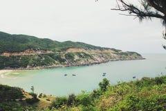 Strand und der Berg stockfoto