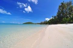Strand und der blaue Himmel Stockfotos