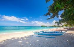 Strand und Fischerboot lizenzfreies stockbild