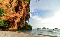 Strand und Höhle Phra Nang bei Railay, Krabi, Thailand Stockfotos
