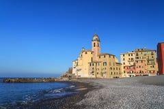 Strand und Kirche in Camogli Stockfotos