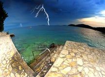 Strand und klares Meer in Kroatien, im Sturm und im Gewitter Lizenzfreie Stockfotografie