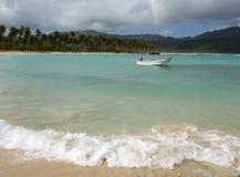 Strand und kleines Boot Lizenzfreies Stockfoto