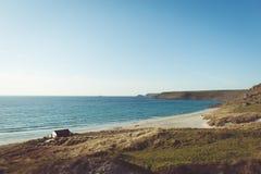 Strand- und Klippenseite mit einer Kabine nahe dem Ufer lizenzfreies stockfoto