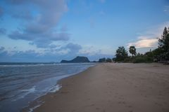 Strand und Meer am Abend bei Pranburi Lizenzfreie Stockfotografie