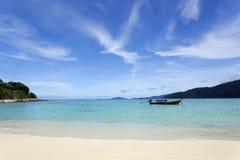 Strand und Meer mit blauem Himmel Lizenzfreie Stockfotografie