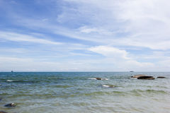 Strand und Meer mit Himmel Lizenzfreies Stockfoto