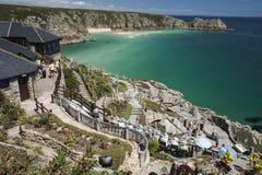 Strand und Minack-Theater bei Porthcurno, Cornwall, England Lizenzfreie Stockfotos