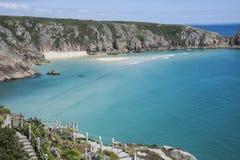 Strand und Minack-Theater bei Porthcurno, Cornwall, England Stockbild
