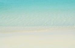 Strand und Sand und blauer Meerwasserhintergrund Stockbild