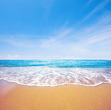 Strand und schönes tropisches Meer stockfoto