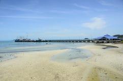 Strand und Schiffspier Thailand Stockfotografie