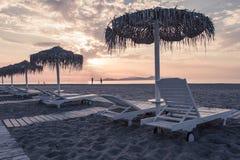 Strand- und Seeansicht mit Sonnenschutz an Sonnenuntergang chillout Farbe spaltete das Tonen auf stockfoto