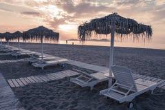 Strand- und Seeansicht mit Sonnenschutz an Sonnenuntergang chillout Farbe spaltete das Tonen auf lizenzfreies stockfoto