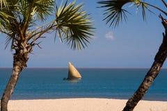 Strand und Segelboot Lizenzfreie Stockfotos
