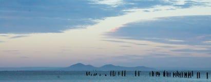 Strand und Sonnenunterganghimmel Lizenzfreies Stockfoto