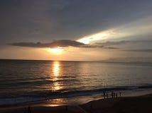 Strand und Sonnenunterganghimmel Stockfotos