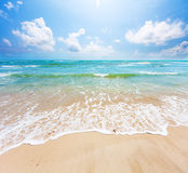 Strand und stürmisches Meer stockfotografie