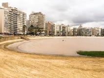 Strand und Stadt stockbild