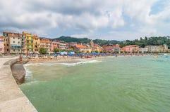 Strand und Stadt Sans Terenzo in Lerici, Italien Lizenzfreies Stockbild