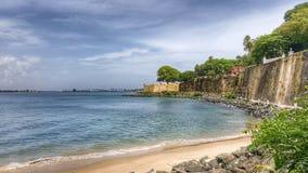 Strand und Stadtmauern in altem San Juan, Puerto Rico stockfotografie