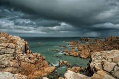 Strand und Steine an der rosa Granit-Küste in Brittany France Stockfotografie