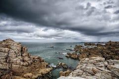Strand und Steine an der rosa Granit-Küste in Brittany France Stockbild