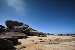 Strand und Steine an der rosa Granit-Küste in Brittany France Lizenzfreies Stockfoto