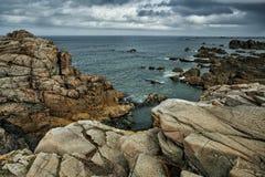 Strand und Steine an der rosa Granit-Küste in Brittany France Lizenzfreie Stockfotos