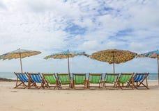 Strand und Stuhl auf Sandstrand lizenzfreie stockfotos