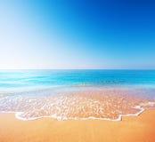 Strand und tropisches Meer lizenzfreies stockfoto