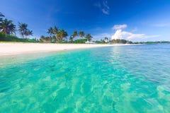 Strand und tropisches Meer lizenzfreie stockfotos